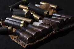 De jachtstilleven, jagerspatroongordel met jachtgeweershells Het stilleven van de jacht stock afbeelding