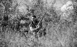 De jachtstrategie of methode om van het richten de plaats te bepalen en gericht dier te doden De jachtvaardigheden en strategie J stock afbeelding