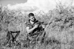 De jachtstrategie of methode om van het richten de plaats te bepalen en gericht dier te doden Mens de jacht wacht op dier Jager m royalty-vrije stock afbeelding