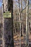 De jachtteken aan de winterboom die wordt gepost stock fotografie