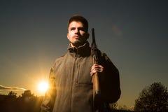 De jachttoestel en de Jachtkleding Jager met jachtgeweerkanon op jacht Gesloten en open jachtseizoen royalty-vrije stock afbeeldingen