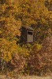 De jachttoren op het de herfst bosgebied royalty-vrije stock foto