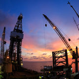 De Jack equipamento a pouca distância do mar da perfuração para a exploração do petróleo acima imagens de stock royalty free