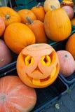` De Jack-o - lanterne - une lampe de Halloween faite à partir d'un potiron creux Une bougie est placée au milieu d'un potiron cr images stock