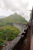 De stoomtrein die van Jacobite viaduct Glenfinnan kruisen. Stock Foto's