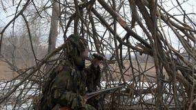 De jager in de hut van de takken stock videobeelden