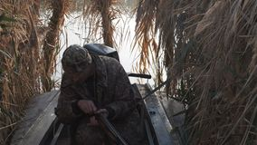De jager jaagt onderaan het spel, laadt het kanon en de spruiten stock footage