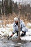De jager trekt de val uit het water royalty-vrije stock fotografie