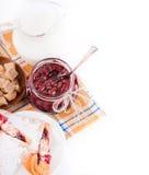 De jam en de croissant van het huis met een kers Stock Afbeelding