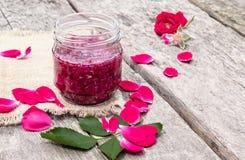De jam nam bloemblaadjes op een houten lijst toe Bloemconfiture Gezond voedsel stock foto