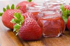 De jam van de aardbei en verse aardbeien Royalty-vrije Stock Foto's