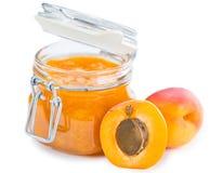 De jam van de abrikoos die op wit wordt geïsoleerdl Stock Foto