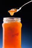 De jam van de abrikoos en theelepel Stock Fotografie
