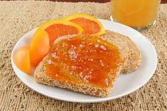 De jam van de abrikoos op toost stock foto's