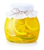 De jam van de citroen met rijpe die vruchten op wit worden geïsoleerdw Stock Afbeeldingen