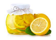 De jam van de citroen met rijpe vruchten op wit Stock Fotografie