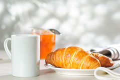 De Jam van de croissant en van de Abrikoos royalty-vrije stock fotografie