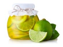De jam van de kalk en van de citroen met rijpe vruchten op wit Stock Foto's