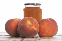 De jam van de perzik en sommige verse vruchten Stock Afbeelding