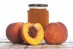 De jam van de perzik en sommige verse vruchten Royalty-vrije Stock Afbeeldingen