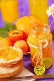 De jam van de sinaasappel en van de abrikoos en zoete broodjes Stock Fotografie
