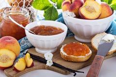 De jam van de vanilleperzik in een kom Royalty-vrije Stock Fotografie