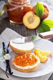 De jam van de vanilleperzik op brood Royalty-vrije Stock Afbeelding