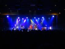 De jam van Groundation van de Reggaeband op stadium met hoofdzanger die I zingen Royalty-vrije Stock Foto