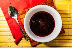 De jam zwarte bes van de huis inblikkende bes, volksremedie Oud recept Een zeer zoet suikerdessert met de vruchten van zijn oogst stock afbeeldingen