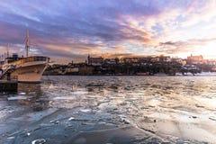 21 de janeiro de 2017: Barco pelas águas congeladas de Éstocolmo, Swed Fotografia de Stock Royalty Free
