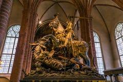 21 de janeiro de 2017: Estátua de St George que massacra o dragão em t Imagem de Stock