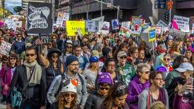 21 DE JANEIRO DE 2017, LOS ANGELES, CA 750.000 participam no março das mulheres, ativistas que protestam Donald J Trunfo na nação Foto de Stock