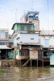 28 de janeiro de 2014 - MEU THO, VIETNAME - casas por um rio, o 28 de janeiro, 2 Imagem de Stock
