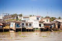 28 de janeiro de 2014 - MEU THO, VIETNAME - casas por um rio, o 28 de janeiro, 2 Fotografia de Stock Royalty Free