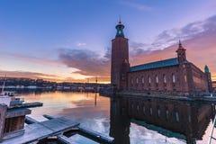 21 de janeiro de 2017: Por do sol pela câmara municipal de Éstocolmo, Suécia Fotografia de Stock Royalty Free