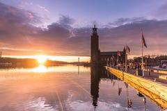 21 de janeiro de 2017: Por do sol pela câmara municipal de Éstocolmo, Suécia Imagem de Stock