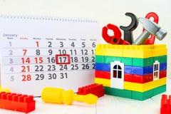 17 de janeiro Dia 17 do mês no calendário, nas ferramentas do brinquedo e na brancos Fotos de Stock