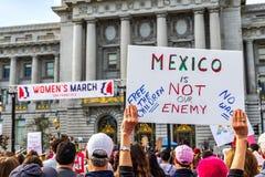 19 de janeiro de 2019 San Francisco/CA/EUA - sinal do evento do março das mulheres imagem de stock royalty free