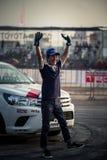 De Japanse bestuurders golvende hand na toont stock foto's