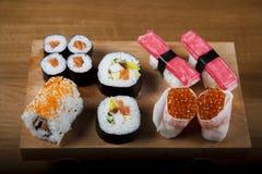 De Japanse broodjes van sushizeevruchten met rijst Stock Fotografie