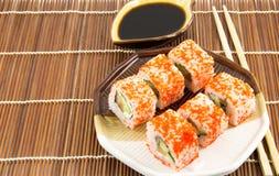 De Japanse broodjes van zeevruchtensushi met sojasaus Stock Afbeeldingen