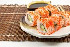 De Japanse broodjes van zeevruchtensushi met sojasaus Stock Foto
