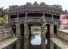 De Japanse brug en de tempel in Hoi An, Vietnam. Stock Foto's