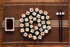 De Japanse die sushireeks op stromat wordt gediend, vlakte lag royalty-vrije stock foto