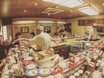 De Japanse dienende sushi van de Sushichef-kok Stock Afbeelding