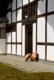 De Japanse hoeden van de stroregen (amegasa) in tempelwerf Royalty-vrije Stock Fotografie