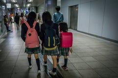 De Japanse jonge geitjes gaan naar school samen met zusters door metro Royalty-vrije Stock Afbeelding