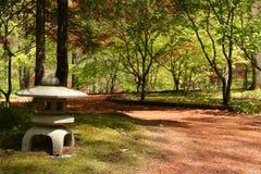 De Japanse Lantaarn van de Tuin Stock Afbeeldingen