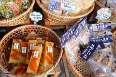 De Japanse lokale snacks (Senbei) worden en de snoepjes verkocht binnen shirakawa-gaan, Gifu, Japan Stock Foto's
