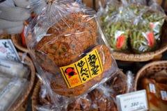 De Japanse lokale snacks (Senbei) worden verkocht binnen shirakawa-gaan, Gifu, Japan Stock Fotografie